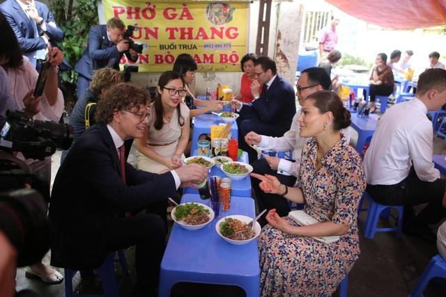 Công chúa Thụy Điển thưởng thức bún bò Nam Bộ tại quán ăn bình dân - 12