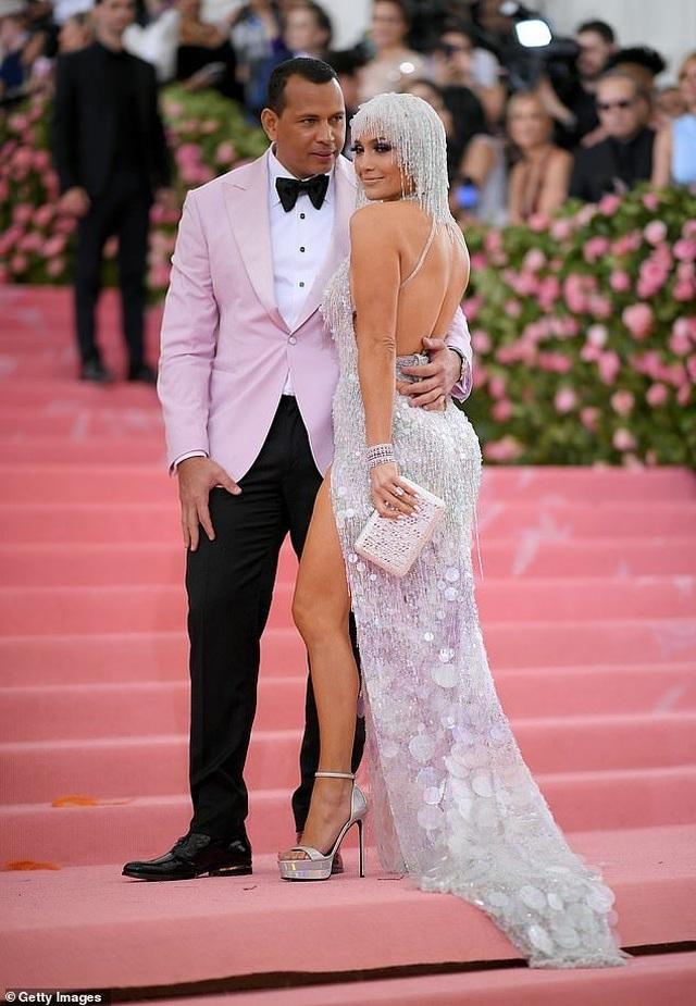Jennifer Lopez đẹp đôi bên bồ trẻ dự Met gala - 6