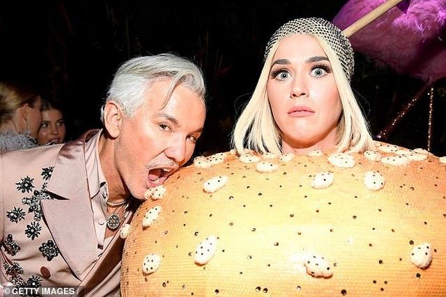 Hết mặc đèn chùm, Katy Perry lại mặc... bánh hamburger - 6