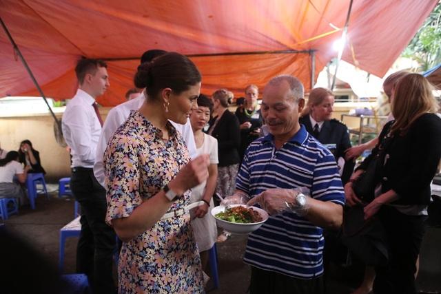 Công chúa Thụy Điển thưởng thức bún bò Nam Bộ tại quán ăn bình dân - 6