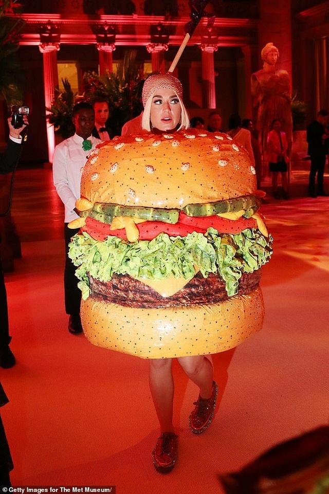 Hết mặc đèn chùm, Katy Perry lại mặc... bánh hamburger - 3
