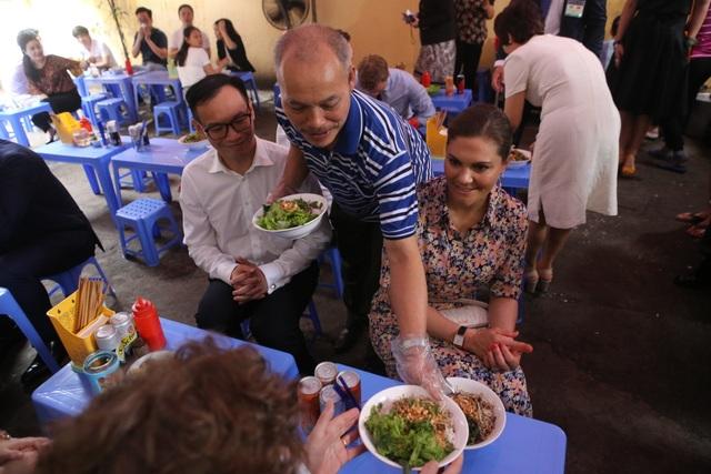 Công chúa Thụy Điển thưởng thức bún bò Nam Bộ tại quán ăn bình dân - 7