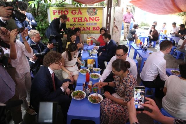 Công chúa Thụy Điển thưởng thức bún bò Nam Bộ tại quán ăn bình dân - 10