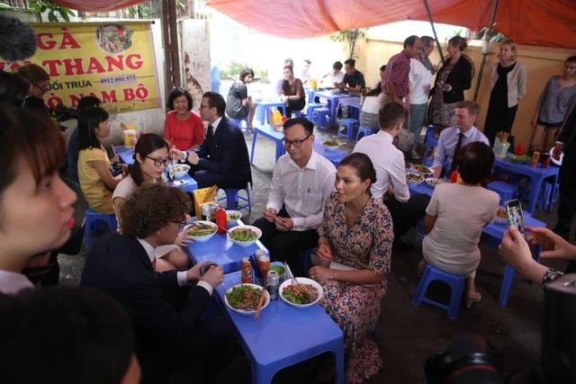 Công chúa Thụy Điển thưởng thức bún bò Nam Bộ tại quán ăn bình dân - 11
