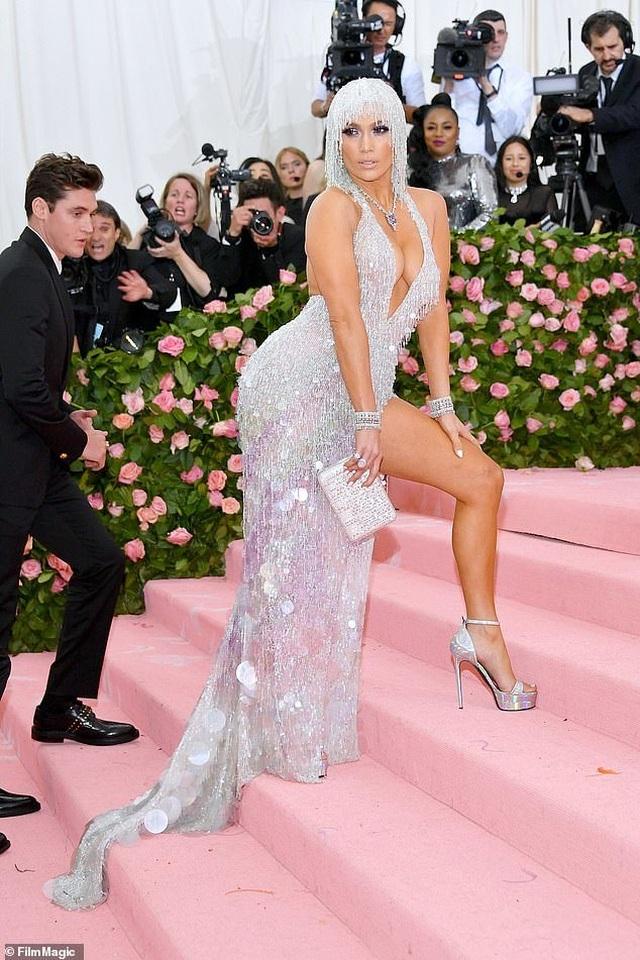 Jennifer Lopez đẹp đôi bên bồ trẻ dự Met gala - 7