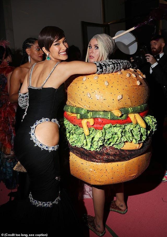 Hết mặc đèn chùm, Katy Perry lại mặc... bánh hamburger - 2