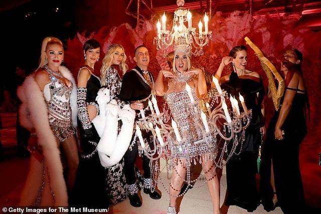 Hết mặc đèn chùm, Katy Perry lại mặc... bánh hamburger - 10