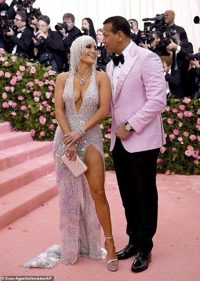 Jennifer Lopez đẹp đôi bên bồ trẻ dự Met gala - 10