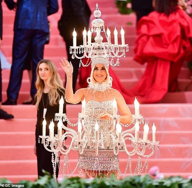 Hết mặc đèn chùm, Katy Perry lại mặc... bánh hamburger - 9
