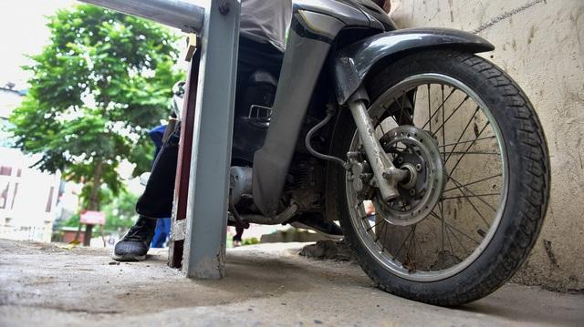 Hà Nội: Dân cư ngõ nhỏ tự dựng barie kiên cố chặn xe máy vì quá ồn - 8