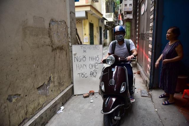 Hà Nội: Dân cư ngõ nhỏ tự dựng barie kiên cố chặn xe máy vì quá ồn - 10