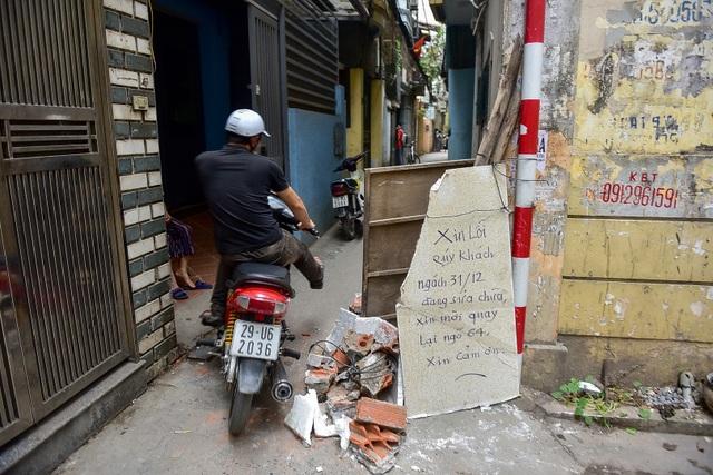 Hà Nội: Dân cư ngõ nhỏ tự dựng barie kiên cố chặn xe máy vì quá ồn - 9