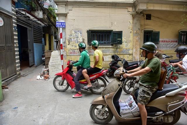 Hà Nội: Dân cư ngõ nhỏ tự dựng barie kiên cố chặn xe máy vì quá ồn - 11