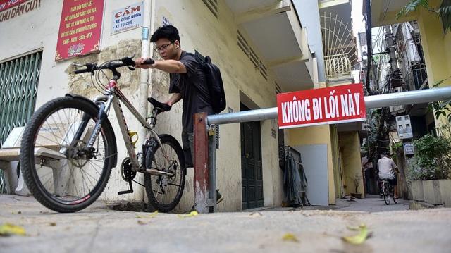 Hà Nội: Dân cư ngõ nhỏ tự dựng barie kiên cố chặn xe máy vì quá ồn - 5