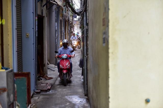 Hà Nội: Dân cư ngõ nhỏ tự dựng barie kiên cố chặn xe máy vì quá ồn - 14