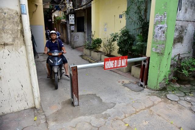 Hà Nội: Dân cư ngõ nhỏ tự dựng barie kiên cố chặn xe máy vì quá ồn - 1