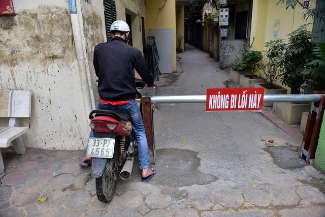 Hà Nội: Dân cư ngõ nhỏ tự dựng barie kiên cố chặn xe máy vì quá ồn - 7