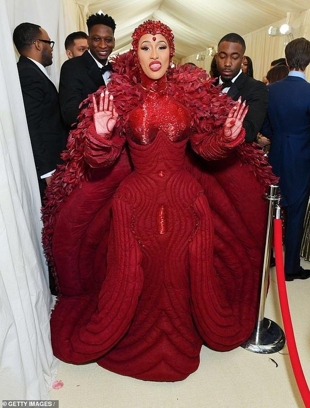 Cardi B gây choáng với váy siêu cầu kỳ - 8