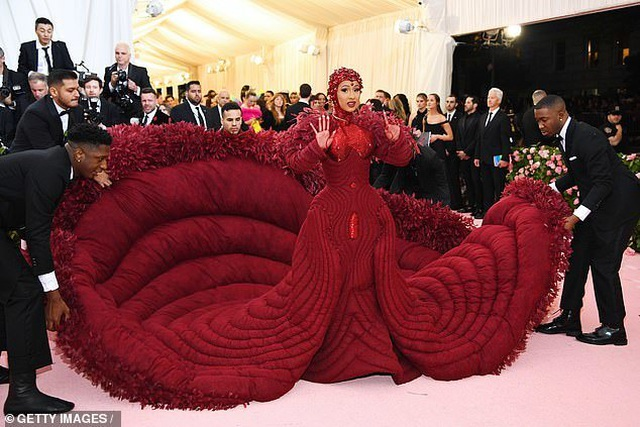 Cardi B gây choáng với váy siêu cầu kỳ - 1