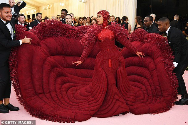 Cardi B gây choáng với váy siêu cầu kỳ - 6