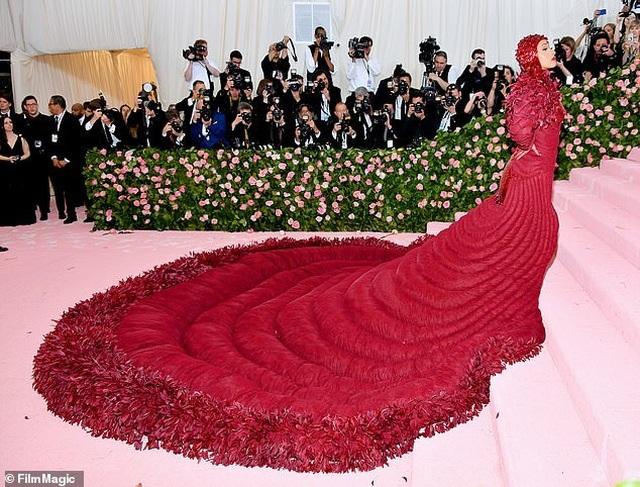 Cardi B gây choáng với váy siêu cầu kỳ - 3
