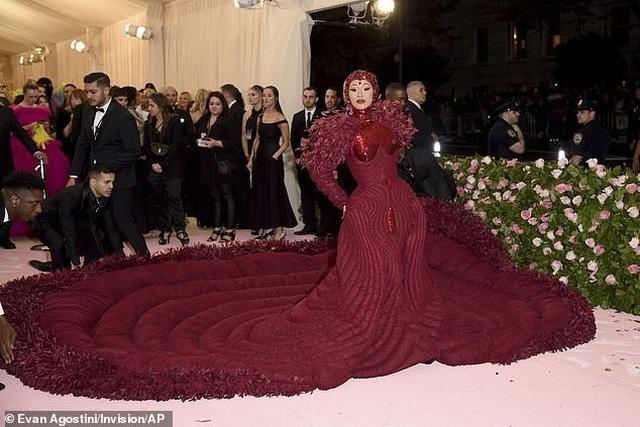 Cardi B gây choáng với váy siêu cầu kỳ - 2
