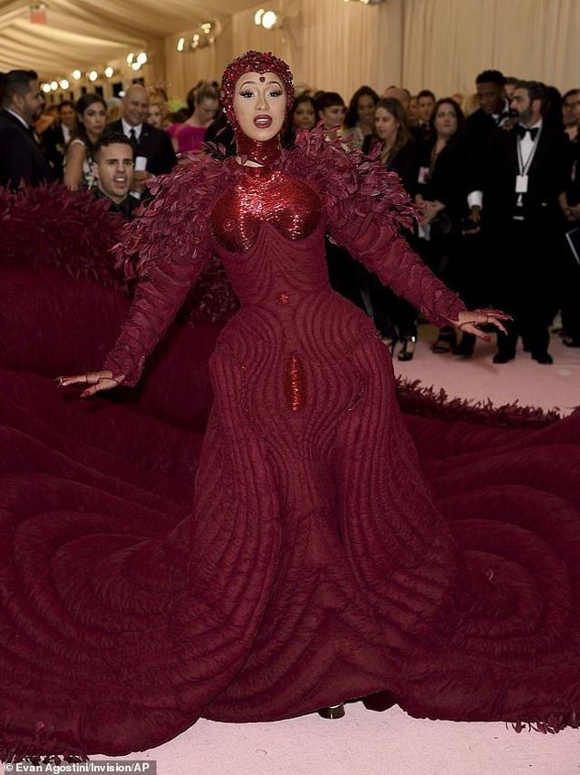 Cardi B gây choáng với váy siêu cầu kỳ - 4