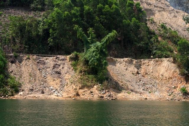 Bất thường gì sau vụ dân lập trận địa cọc tre trên sông ngăn chặn tàu cát? - 4