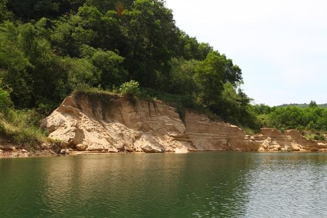 Dàn trận địa cọc tre kín mặt sông, người dân chặn thành công đoàn tàu cát sai phạm  - 1