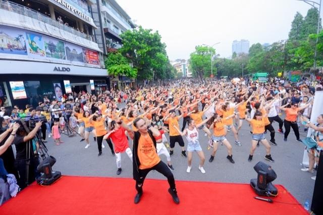 Hàng ngàn người tham dự flashmod Vũ điệu đam mê cùng Moist Diane Việt Nam - 1