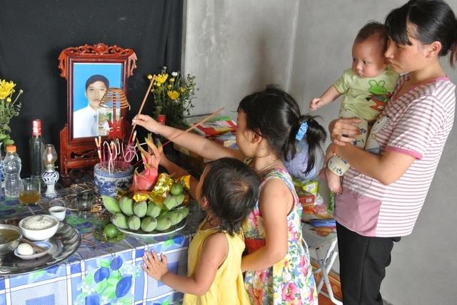 Đi xin sữa cho con, người chồng bị tai nạn tử vong, vợ và 3 con nhỏ bơ vơ - 9