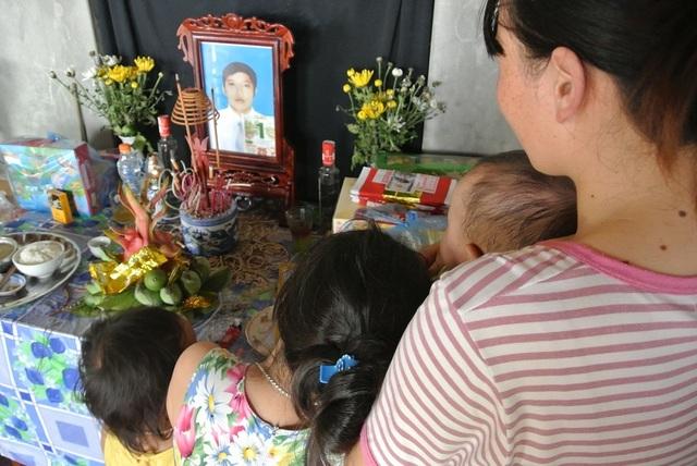 Đi xin sữa cho con, người chồng bị tai nạn tử vong, vợ và 3 con nhỏ bơ vơ - 3
