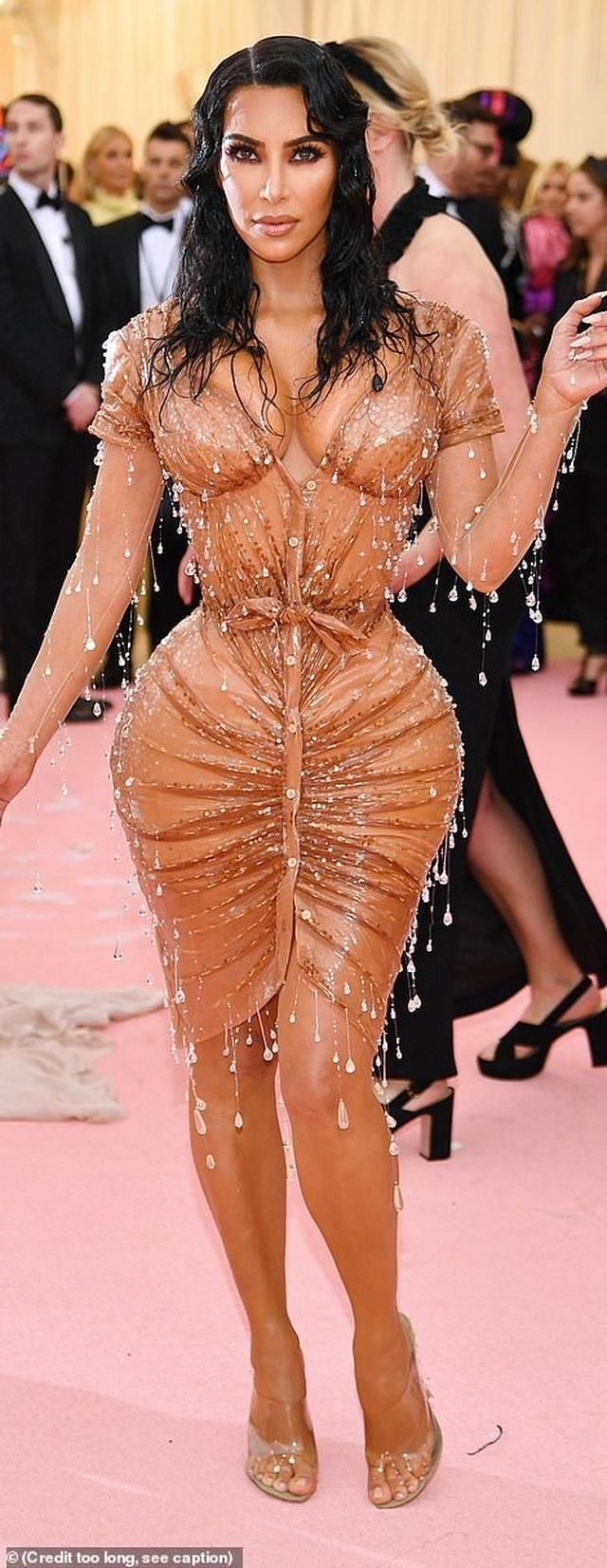 Choáng váng với váy bó nghẹt thở của Kim Kardashian - 6