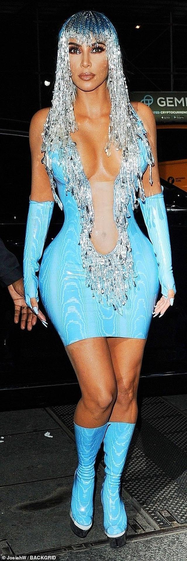 Choáng váng với váy bó nghẹt thở của Kim Kardashian - 5