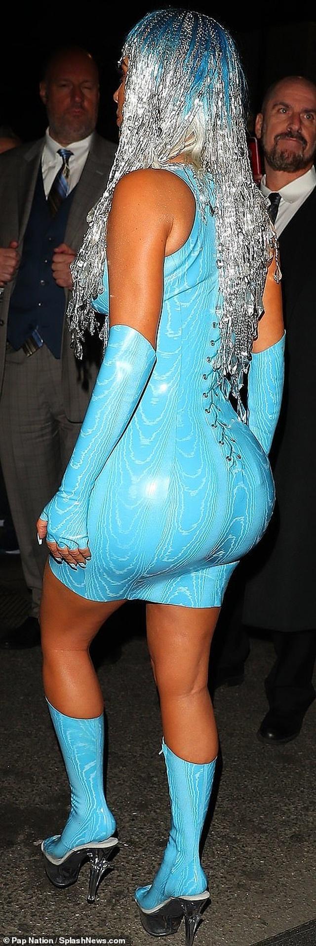 Choáng váng với váy bó nghẹt thở của Kim Kardashian - 4