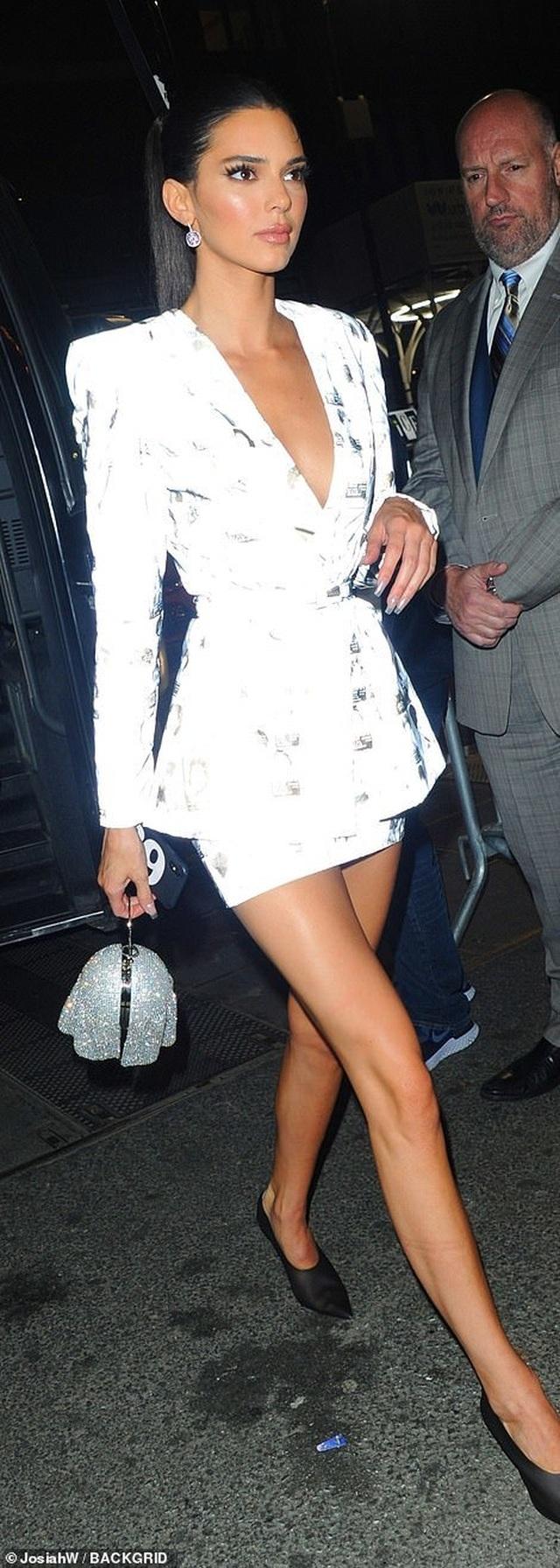 Choáng váng với váy bó nghẹt thở của Kim Kardashian - 16