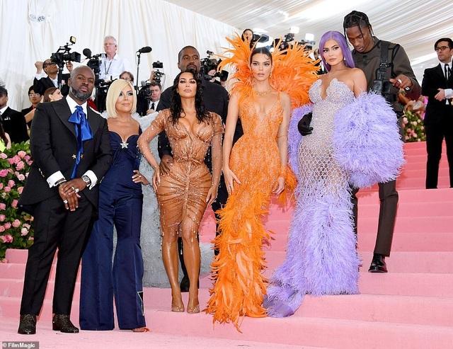 Choáng váng với váy bó nghẹt thở của Kim Kardashian - 17