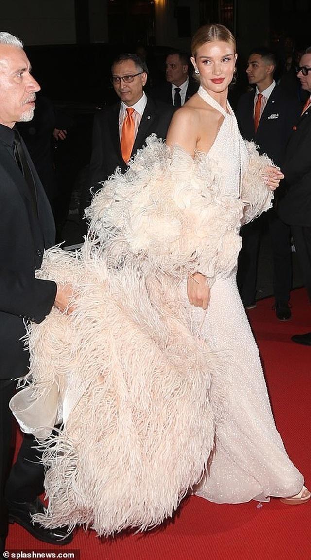 Choáng váng với váy bó nghẹt thở của Kim Kardashian - 18
