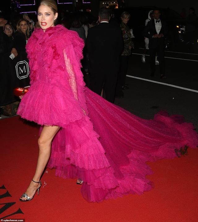 Choáng váng với váy bó nghẹt thở của Kim Kardashian - 34