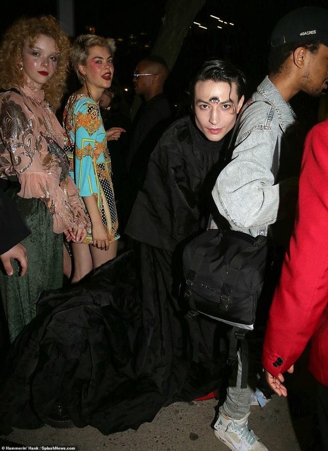 Choáng váng với váy bó nghẹt thở của Kim Kardashian - 37
