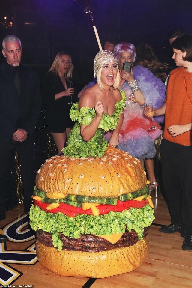 Choáng váng với váy bó nghẹt thở của Kim Kardashian - 40