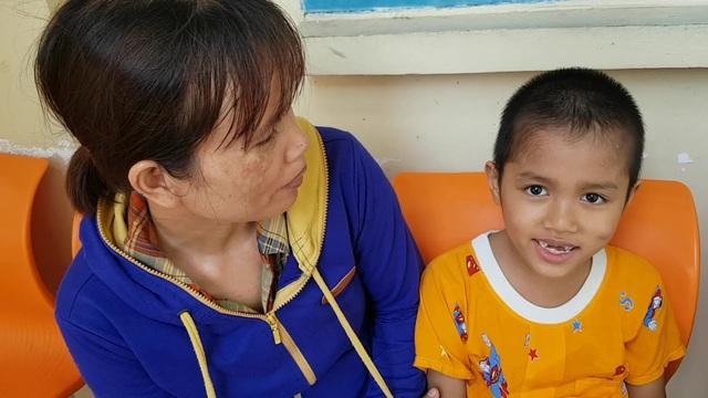 Bé trai có nguy cơ bại liệt đang dần hồi phục được bạn đọc Dân trí giúp đỡ gần 40 triệu đồng - 2