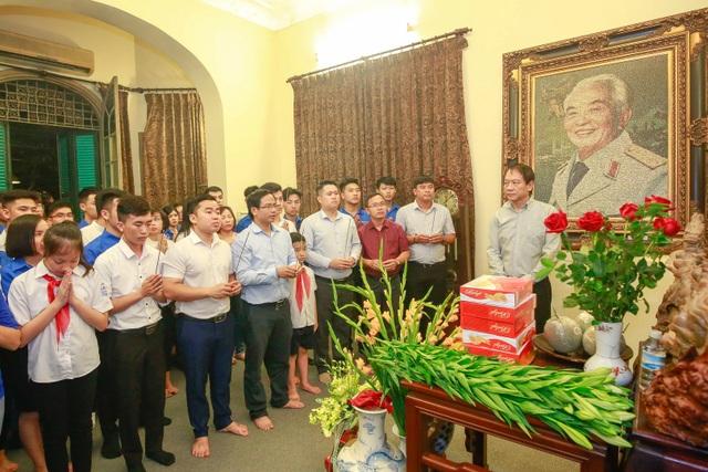 Các bạn trẻ thắp nến tri ân Đại tướng Võ Nguyên Giáp - 8