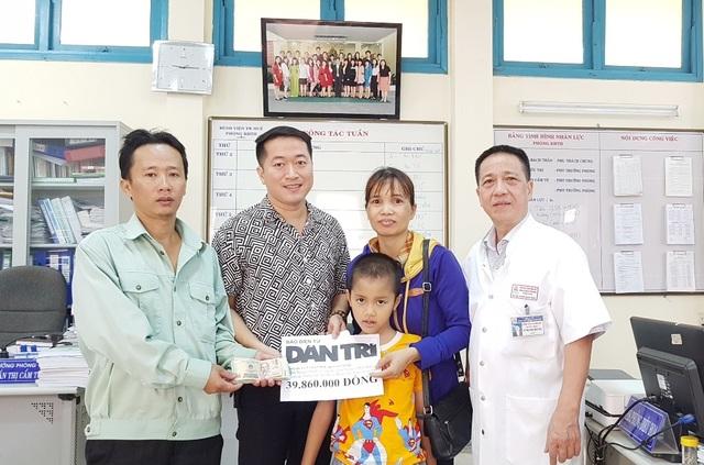 Bé trai có nguy cơ bại liệt đang dần hồi phục được bạn đọc Dân trí giúp đỡ gần 40 triệu đồng - 3