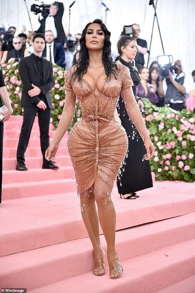 Kim Kardashian thừa nhận không thể ngồi vì váy bó sát - 1