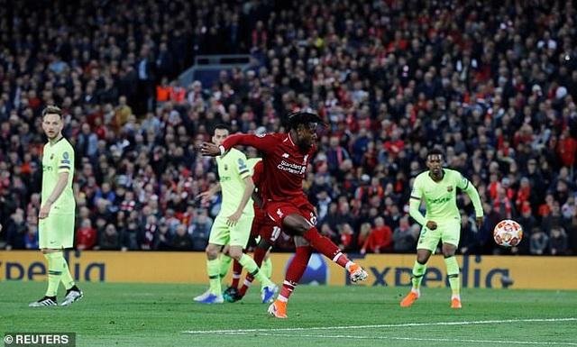 Hàng thủ Barcelona dính cú lừa vô cùng đau đớn - 6