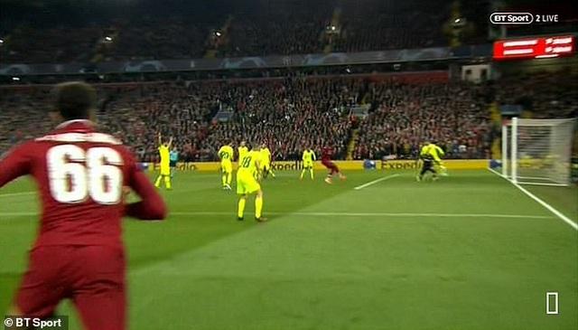 Hàng thủ Barcelona dính cú lừa vô cùng đau đớn - 5