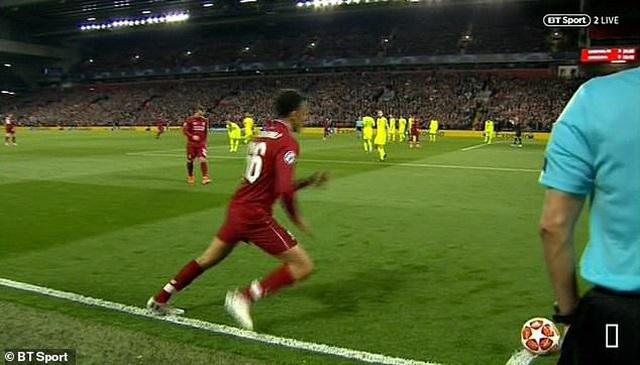 Hàng thủ Barcelona dính cú lừa vô cùng đau đớn - 3
