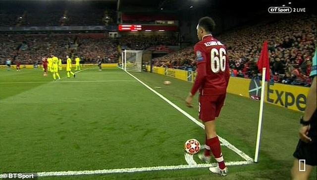 Hàng thủ Barcelona dính cú lừa vô cùng đau đớn - 1