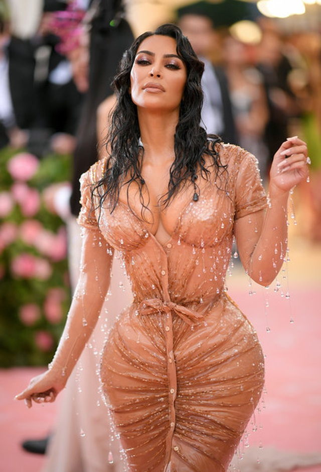 Kim Kardashian thừa nhận không thể ngồi vì váy bó sát - 3